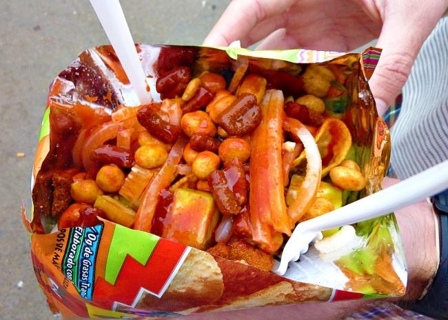توستیلوکاس نیز از خوراکی های مرسوم در سینماها و استادیوم های کشور مکزیک است. این غذای خیابانی حاوی چیپس تورتیلا با سس فلفلی، خیار، آب لیموترش، لوبیا و بادام زمینی است.