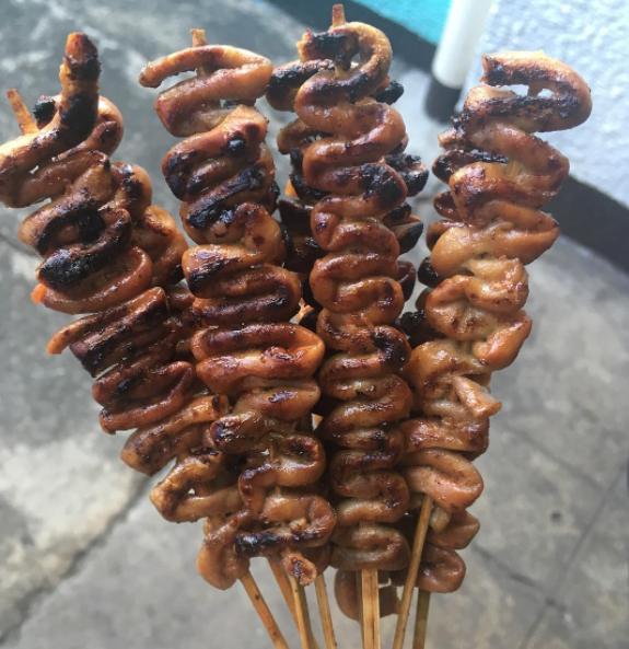 بسیاری از مردم، گوشت کبابی دوست دارند. اما این عکسی که می بینید، روده خوک (یا مرغ) است که درون سیخ چوبی به صورت خمیده قرار داده شده و سپس کباب می شود.
