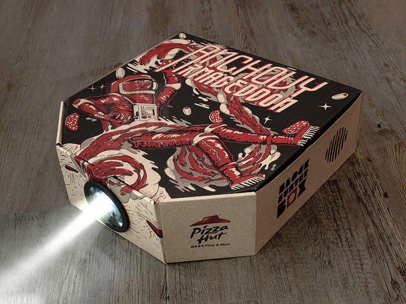هنگام تماشا کردن فیلم در خانه، هیچ چیز به اندازه خوردن پیتزا نمی تواند دلچسب باشد. همین مساله باعث شده تا پیتزا هات، جعبه های غذای خود را با این تفکر طراحی و تولید کند. البته این جعبه واقعا حاوی پروژکتور نیست و شکلی شبیه آن دارد.