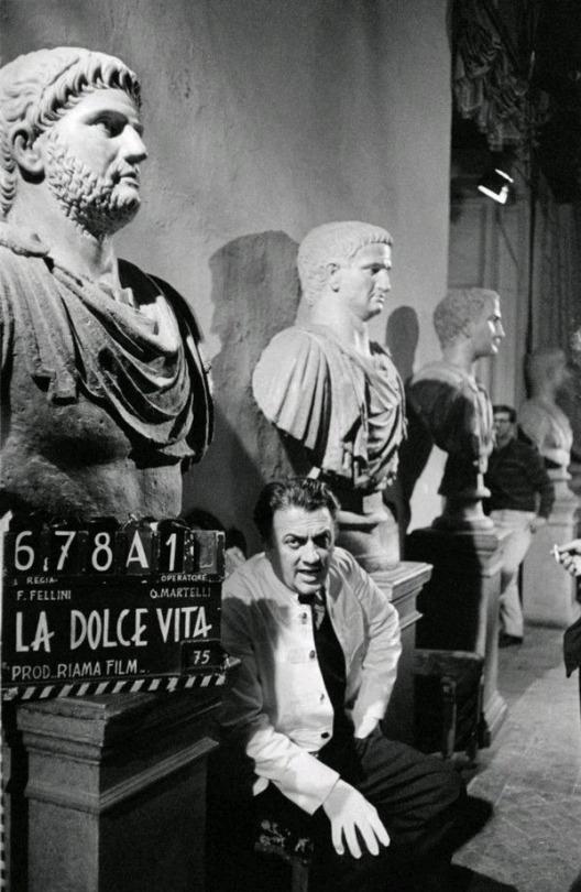فدریکو فلینی (کارگردان) در صحنه فیلم زندگی شیرین (لا دولچه ویتا)