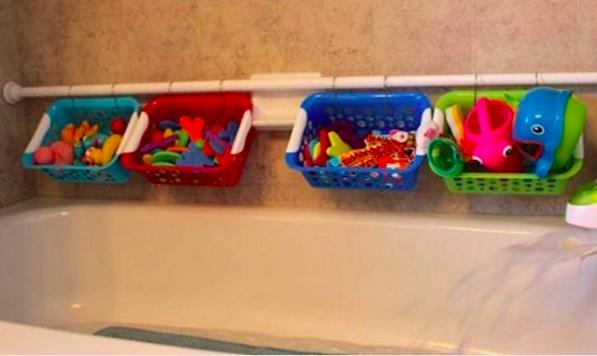 31- می توانید در بالای وان حمام یک میله پلاستیکی مخصوص حمام با پایه های نگهدارنده نصب کرده و با قرار دادن سبدهای پلاستیکی روی آن ها، اسباب بازی های حمام کودکان را درون آن ها سازمان دهی کنید.