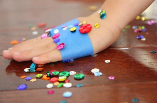 38- برای جمع کردن پولک های رنگی یا دیگر اسباب بازی های ریز می توانید از چسب های پهن استفاده کنید.