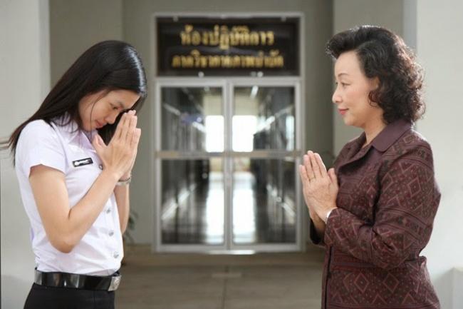 در کشور تایلند هم همانند هندی ها، دست های خود را به حالت دعا روی سینه گرفته و کمی به سمت پایین خم می شوند.