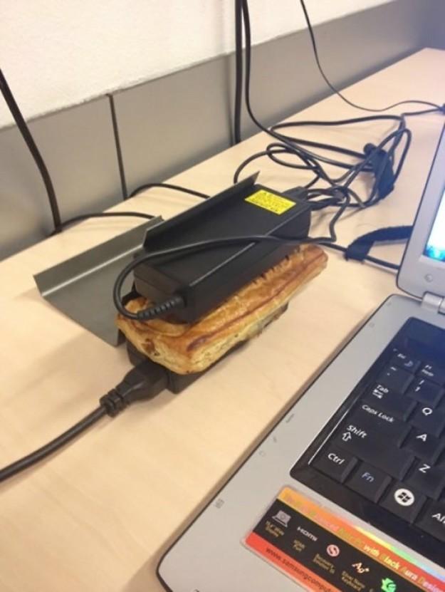 ساندویچ های سرد خود را بین شارژرهای لپ تاپ بگذارید تا کاملا گرم شوند. لازم هم نیست به خود زحمت داده و به آشپزخانه بروید و غذا را در مایکروفر گرم کنید.