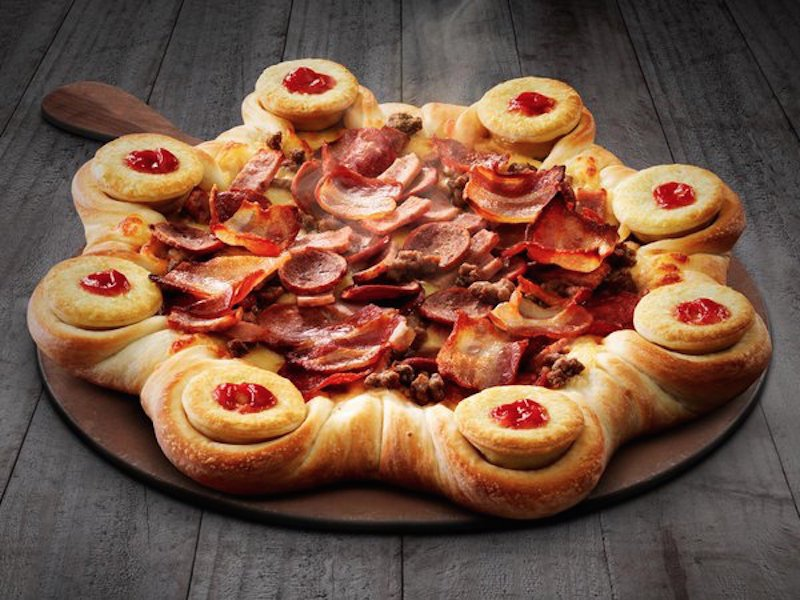 این پیتزا که به طور ویژه به کشور استرالیا تعلق دارد، در بخش نان خود حاوی پای گوشت های بسیار لذیذ است که دیدنش هم آب دهان آدم را راه می اندازد.