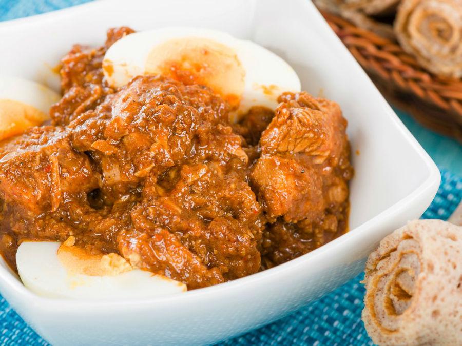 این خورش مرغ حاوی تخم مرغ آبپز است که به همراه اینجرا، نوعی پنکیک نازک که از ارزن تهیه می شود، سرو می گردد.