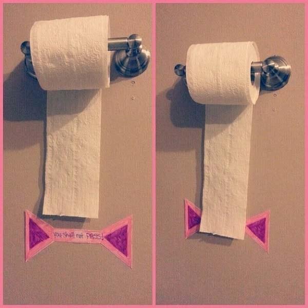 43- برای اینکه فرزندتان دستمال توالت را هدر ندهد، یک خط برای وی مشخص کنید که نباید بیشتر از آن عبور کند.
