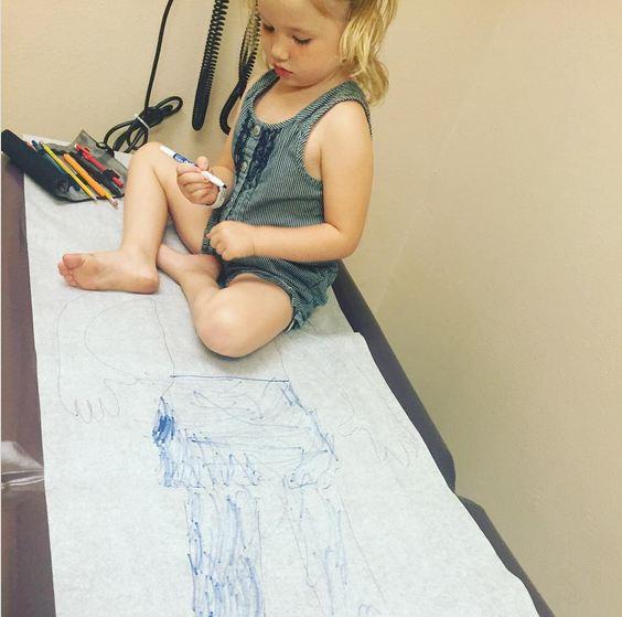 45- برای اینکه در مطب دکتر وقتی در نوبت مانده و منتظر هستید، کودکتان حوصله ش سر نرود و بهانه گیری نکند، می توانید او را روی تخت بیمار بگذارید تا روی کاغذهای یک بار مصرف آن نقاشی کند.