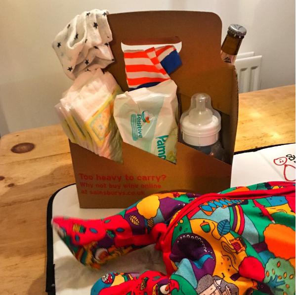 48- از جعبه های بطری ها می توانید برای حمل وسایل پوشک نوزادان بهره بگیرید.