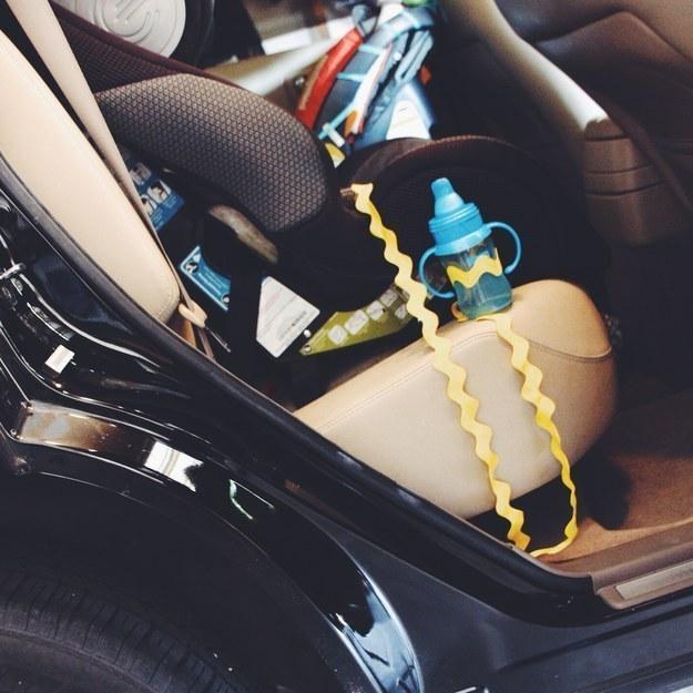 68- شیشه کودک را با یک بند یا روبان به صندلی او در ماشین وصل کنید تا هر بار که آن را پرت کرد، بتوانید به راحتی طناب را بالا کشیده و آن را پیدا کنید.