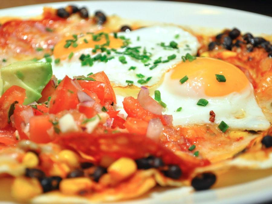 نام این غذا به مفهوم «تخم مرغ های مزرعه» است و در اصل، نیمرو به همراه سس تند گوجه فرنگی به همراه نان ذرت، برنج و لوبیا است.