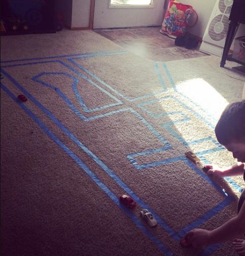 71- با استفاده از چسب کاغذی یا چسب لنت می توانید روی فرش اتاق کودک، مسیری برای ماشین بازی های او درست کنید.