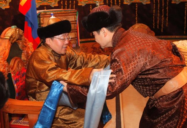 در مغولستان به مهمان ها یک پارچه به نام «هادا» داده می شود که برای دریافت آن باید در حالی که خم شده و به حالت تعظیم قرار دارید، دو دست خود را در مقابل فرد هدیه دهنده دراز کنید.