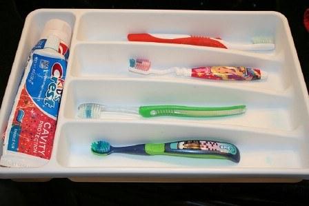 83- برای سازمان دادن مسواک و خمیردندان می توانید از جا قاشقی های پلاستیکی استفاده کنید.