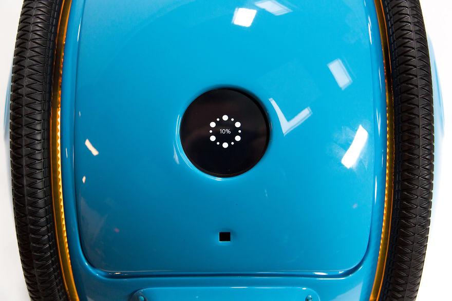 نمایشگر LED برای نمایش وضعیت باتری روی بدنه اش تعبیه شده