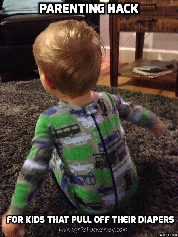 9- اگر کودکی دارید که پوشک یا لباس های خود را در می آورد، لباس هایی بپوشانید که زیپ یا دکمه های آن ها در پشت قرار دارند. یا لباس را برعکس تنش کنید.