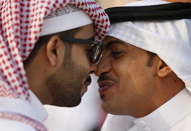 در این کشور عربی مردم با یکدیگر دست داده و از عبارت «السلام العلیکم» استفاده می کنند. سپس بینی های خود را روی هم می گذارند و همزمان دست خود را روی شانه سمت مخالف طرف مقابل قرار می دهند.