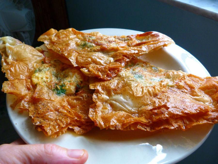 این غذا که شبیه سمبوسه است، به این صورت تهیه می شود که یک تخم مرغ کامل درون نان مثلثی قرار داده شده و به همراه پیاز، ماهی تن، حریصا و جعفری درون روغن داغ، سرخ می شود. در آخر هم به همراه پنیر و کیپر تزئین و سرو می گردد.
