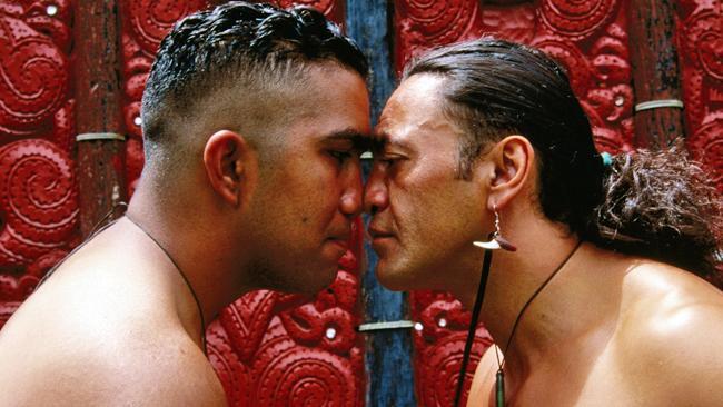 سلام و احوالپرسی مردم قبیله Māori در نیوزیلند بسیار عجیب است، آن ها بینی های خود را به یکدیگر چسبانده و پیشانی هایشان را روی هم می گذارند.