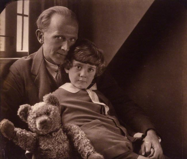 آلن الکساندر میلن، به همراه پسرش «کریستوفر روبین» و «وینی-د-پو»ی واقعی. میلن یک نویسنده اهل بریتانیا است که برای کتاب هایش تدی خرسه (وینی د پو) و شعرهای مختلفش شناخته شده است.