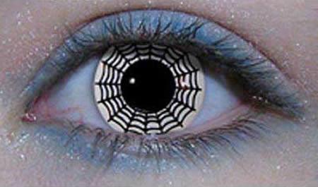 در جشن هالووین بیشتر آمریکایی ها و اروپایی به دنبال شگفت زده کردن خانواده و اطرافیان هستند و برای این منظور از هیچ اقدامی فروگذار نمی کنند. یکی از عجیب ترین مدهای این مراسم، استفاده از لنزهای عنکبوتی است که به خوبی بتواند وحشت را در دل بیننده ایجاد کند.