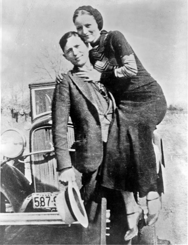 بانی و کلاید مشهور، 1932 - بانی الیزابت پارکر و کلاید چستنات بارو، زوج سارق و قانون شکن آمریکایی بودند که به سبب درگیری های متعددشان با پلیس و همچنین انعکاس شورانگیز ماجراجویی های آن ها در روزنامه ها به بدنامی مشهور شده بودند.