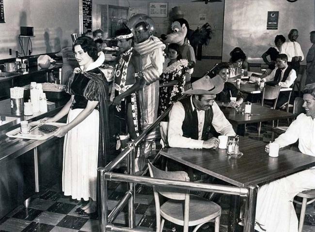 کارمندان کافه تریای دیسنی لند