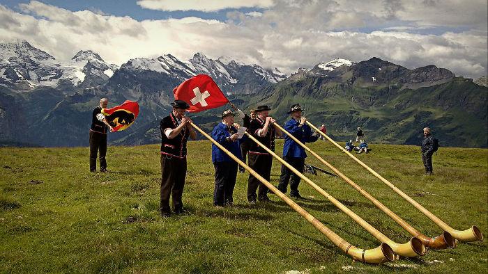 1200px-Alphorns_Grindelwald-w700