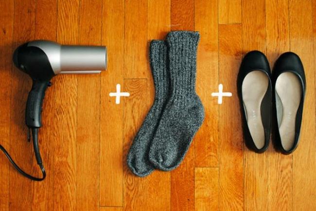 برای پیشگیری از تاول زدن پا توسط کفش های تخت و نو، یک جفت جوراب ضخیم به پا کنید. سپس کفش ها را بپوشید و با سشوار روی قسمت های تنگ حرارت دهید. این کار را چند بار تکرار کنید تا کفش جا باز کرده و اندازه پایتان بشود.