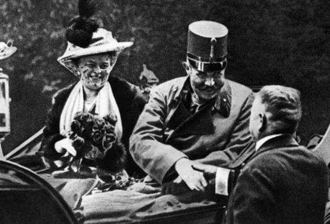 فرانتس فردیناند به همراه همسرش در روزی که به قتل رسید- 1914 میلادی - فرانتس فردیناند کارل لودویگ یوزف ماریا فون آرشیدوک اتریش و دارای لقب استه از مقامهای سلطنتی اتریش بود و از ۱۸۹۶ تا روز مرگش وارث تاج و تخت پادشاهی اتریش-مجارستان بود. قتل او در سارایوو جرقهای بود که اتریش بر اساس آن با صربستان اعلام جنگ کرد و جنگ جهانی اول به این ترتیب آغاز شد.