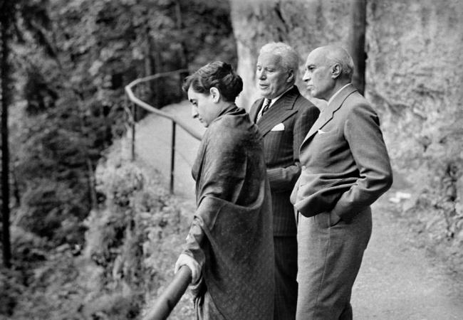 ایندیرا گاندی (نخست وزیر، سیاست مدار و یکی از برجسته ترین و بحث برانگیزترین رهبران هند بود.)، چارلی چاپلین (یکی از مشهورترین بازیگران و کارگردانان و همچنین آهنگساز برجستهٔ هالیوود و برندهٔ جایزه اسکار است.) و جواهر لعل نهرو (از رهبران جنبش استقلال هند و کنگره ملی هند بود و در ۱۹۴۷ به عنوان اولین نخستوزیر هند پس از اعلام استقلالانتخاب شد.) در سوئیس - 1953