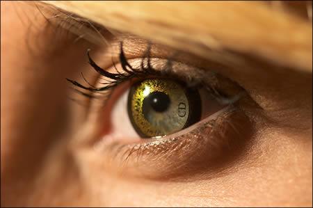 این لنز توسط فردی به نام «جان گالیانو» طراحی شده است و یک مرز طلایی براق یا مشکی را در اطراف مردمک چشم فرد ایجاد می کند. این لنز با نام Dior Eyes در اروپا طرفداران بسیاری دارد.
