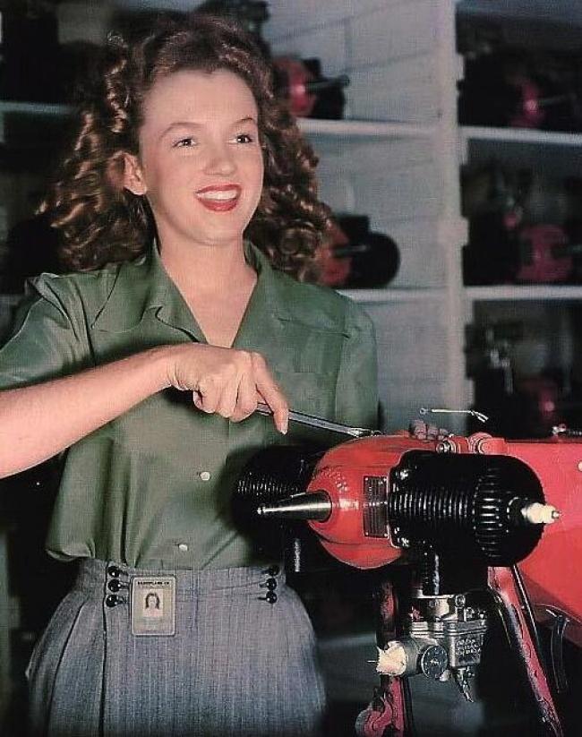 نورما جین مورتنسون در کارخانه اسلحهسازی «ون نویز» کالیفرنیا که بعدها به مِریلین مونرو معروف شد. مونرو، بازیگر، خواننده و مانکن مشهور آمریکایی بود. وی در سن ۳۶ سالگی و در اوج محبوبیت درگذشت.