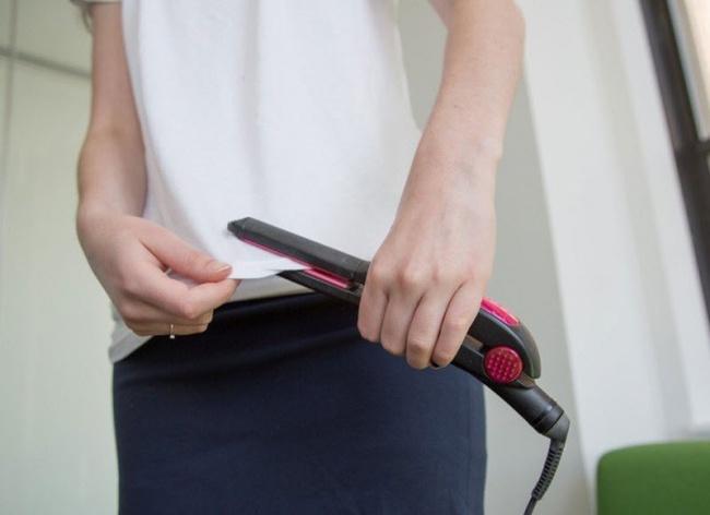 تی شرت ها یا لباس هایی که لبه های آن ها برگشته را می توانید با کمک اتوی مو، صاف کرده و به حالت اولیه بازگردانید.