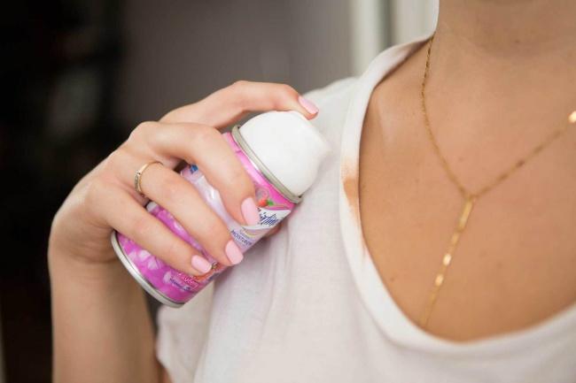 با استفاده از کف ریش می توانید لکه کرم پودر را از روی لباس های روشن پاک کنید.