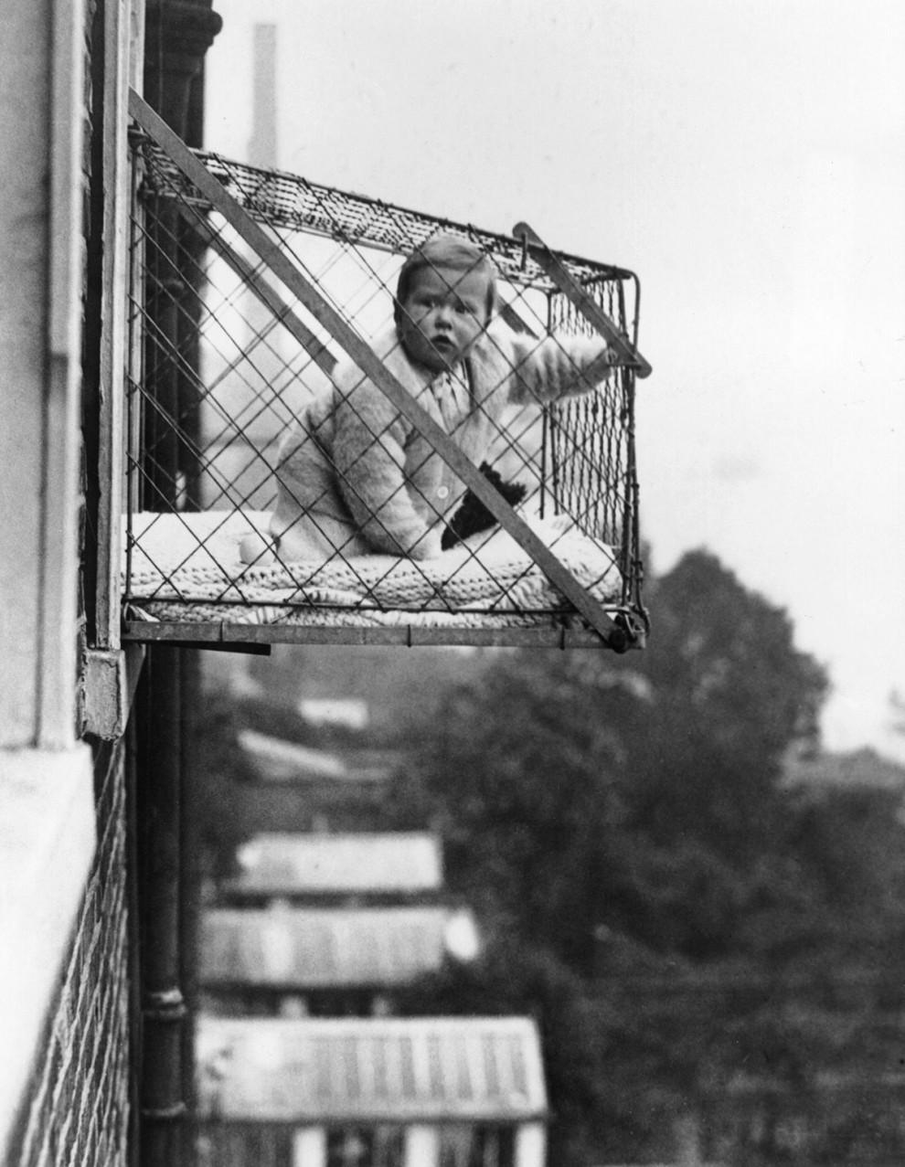قفس کودکان که به پنجره وصل می شود - 1934
