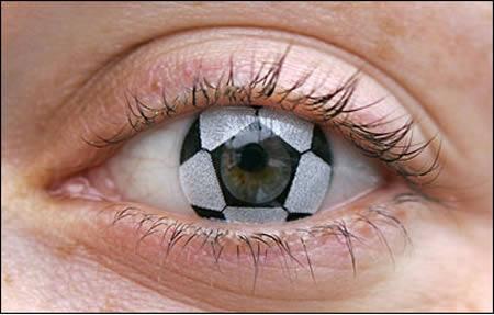 این لنز عجیب که شبیه توپ فوتبال است توسط فردی به نام «استفانی برندت»، چشم پزشک آلمانی طراحی شده و با قیمت 54 دلار در مونیخ به فروش می رسد.