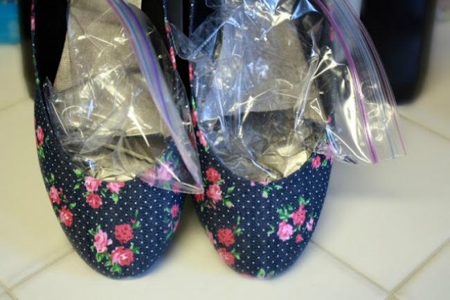 برای گشاد کردن کفش های تنگ می توانید یک کیسه زیپ دار را با آب پر کرده و آن را درون کفش قرار دهید. سپس آن ها را یک شب تا صبح در فریزر بگذارید تا منجمد شوند.