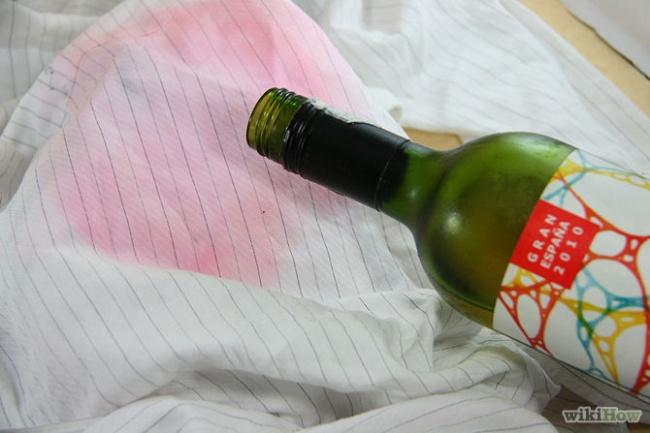 برای از بین بردن لکه نوشیدنی های قرمز رنگ از روی لباس های روشن، مقداری جوش شیرین روی لکه بریزید و 2 تا 3 ساعت آن را به حال خود بگذارید. سپس لباس را بشویید.