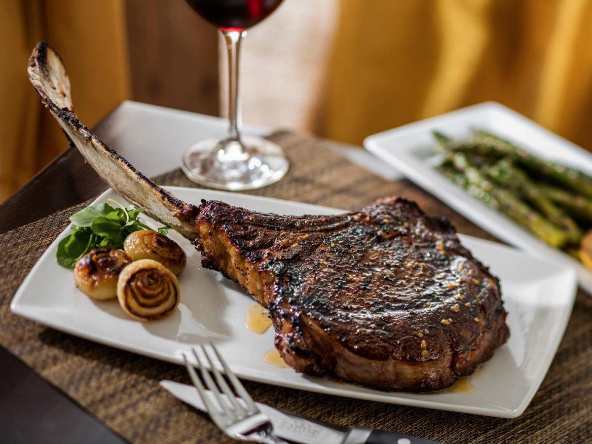 این رستوران علاوه بر استیک های فوق العاده عالی، برگرهای لذیذ با پنیر گورگونزولا و ترافل سیاه نیز دارد. رتبه: 9.11