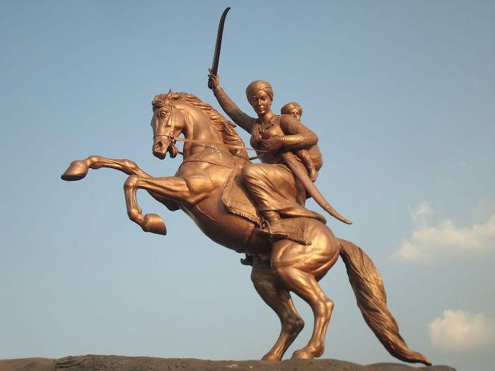 Laxmibais_statue_in_Solapur-58c1b0a8d0cbc-jpeg__700-w700