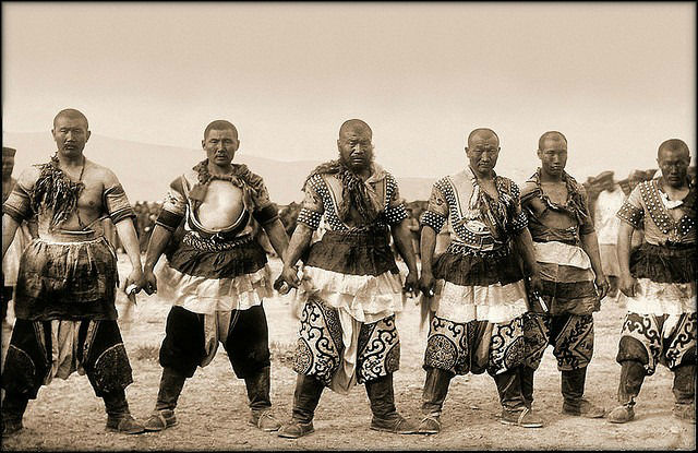 Mongol_warriors_Traditional_Dress-w700