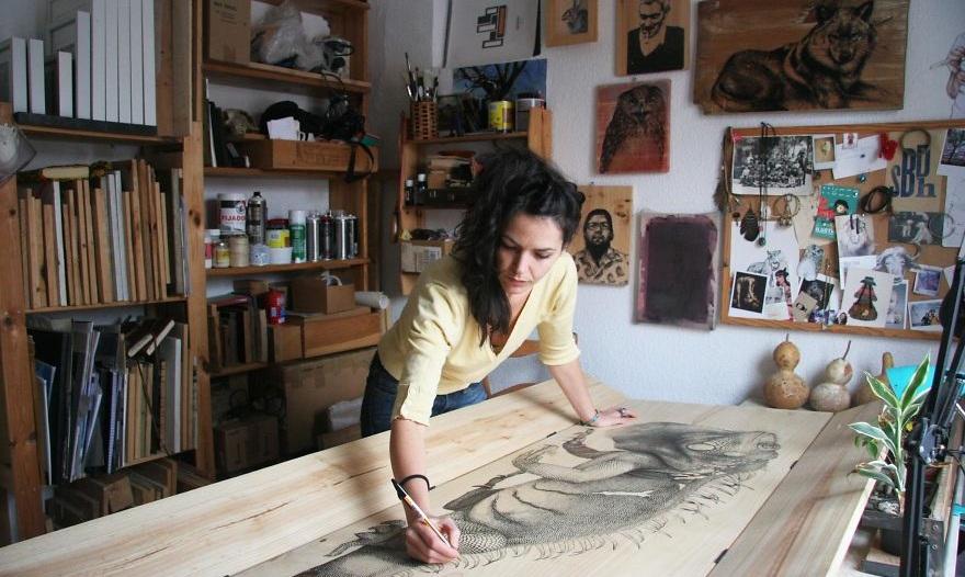 هنرمندی که با استفاده از خودکار روی چوب نقاشی های بی نظیر می کشد