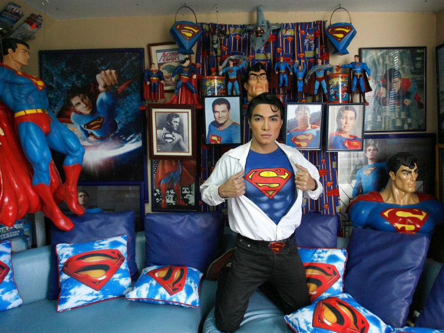 «هربرت چِیوز» که با نام «کلارک کنت» نیز شناخته می شود، متولد و ساکن فیلیپین است و به سوپرمن علاقه ویژه ای دارد به طوری که هر وسیله ای که به این شخصیت داستانی مربوط گردد را خریداری و جمع آوری می کند.