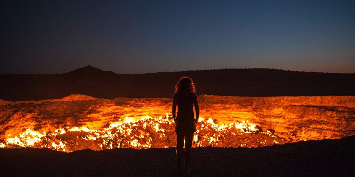 «دروازه جهنم» که در کشور ترکمنستان واقع شده است، دهانه ای به قطر 70 متر دارد که در سال 1971 میلادی ساخته شده. در آن تاریخ، دولت شوروی در حالی که این منطقه را برای رسیدن به گاز حفاری می کرده، زمین نشست کرده و گاز شعله ور می شود و همچنان در حال سوختن است.
