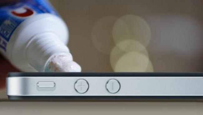 اگر نمایشگر موبایل شما قاب نگهدارنده ندارد، برای از بین بردن خراشیدگی ها می توانید از مقداری خمیر دندان و حوله نرم و تمیز استفاده کنید. خمیر دندان را روی صفحه نمایش مالیده و با دستمال پاک کنید.