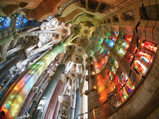 طراحی داخلی ساگرادا فامیلیا فراواقعی تر از نمای بیرونی آن است.
