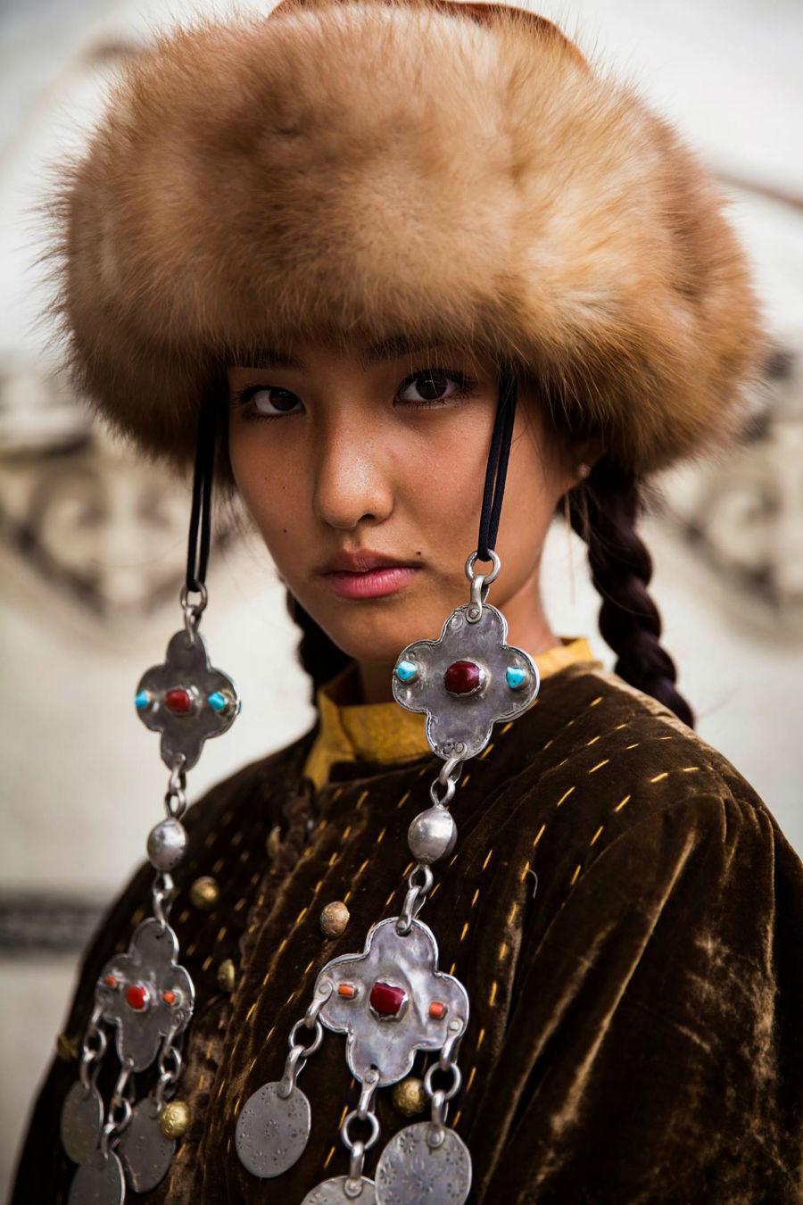 زنی در لباس سنتی بیشکک، قرقیزستان
