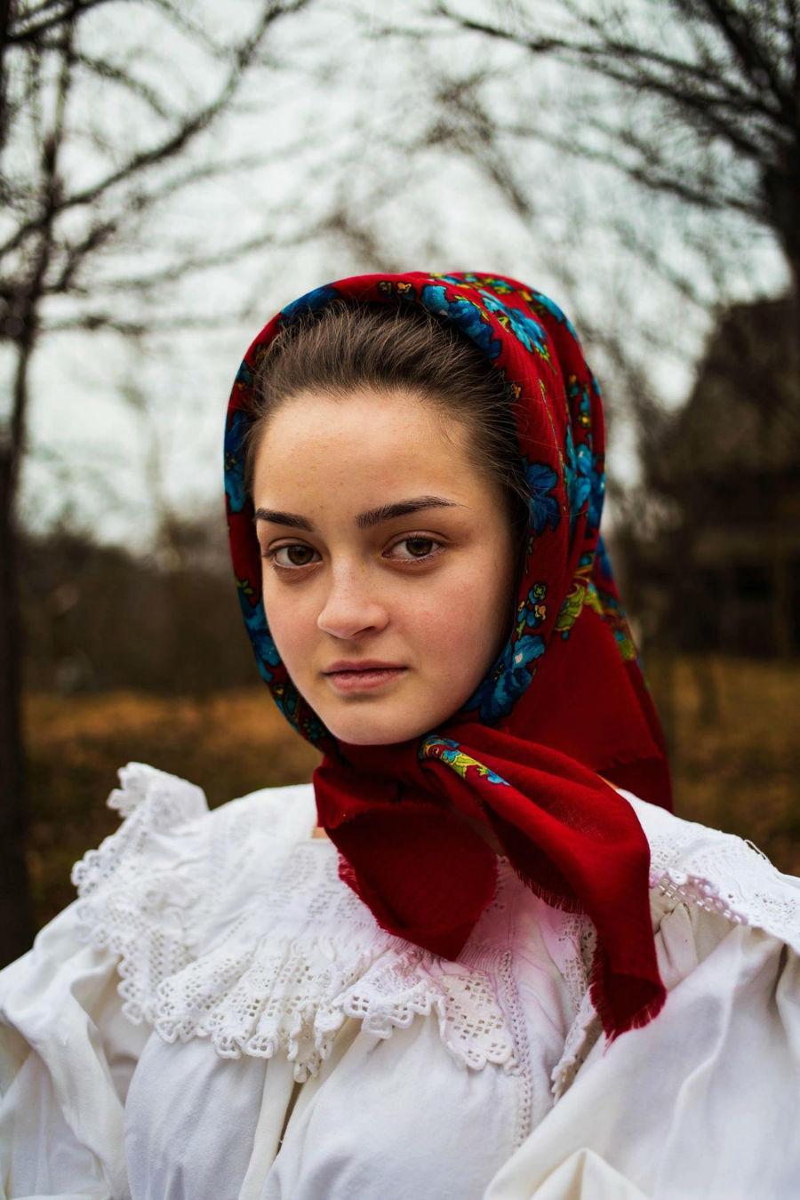 زنی با روسری در رومانی