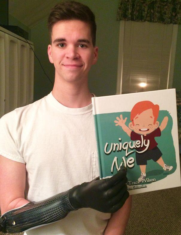 پسری که برای اولین بار توانسته شئی را با دست راست خود بگیرد.